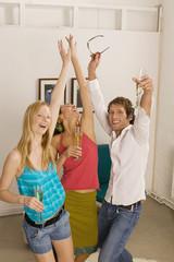 Jungre Mann feiert eine Party mit zwei Frauen