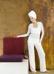 Frau stehend mit Kopf in Handtuch eingewickelt