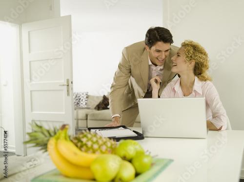 Junger Mann und Frau mit Laptop