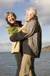 Älteres Paar umarmend, lächelnd