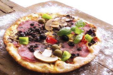 Frische Pizza auf hölzernen Schneidebrett, Nahaufnahme