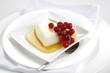Herz-Form Crème Caramel mit roten Ströme, Nahaufnahme