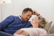 Junges Paar liegt auf dem Sofa, von Angesicht zu Angesicht, lächelnd