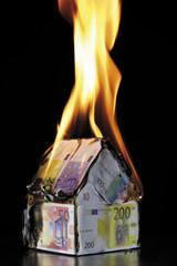 Haus aus Euro-Banknoten, brennend