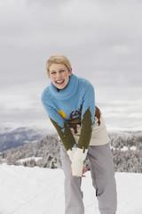Italien, Südtirol, junge Frau lächelnd, Porträt