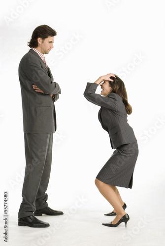 Geschäftsfrau lacht Geschäftsmann aus, Seitenansicht