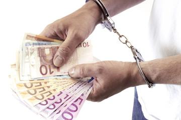 Mann, verhaftet, hält Schwarzgeld