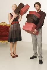 Mann trägt Schuhkartons, Portrait