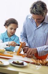 Vater und Tochter schälen Karotte, Nahaufnahme