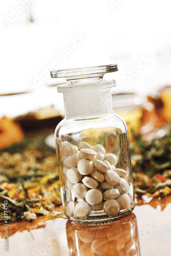 Homöopathische Pillen in Apothekerkolben, Nahaufnahme