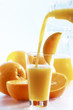 Orangensaft in Glas gegossen