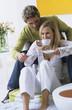 Junges Paar, Frau trinkt Tee