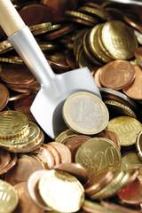 Schaufel in Euro-Münzen, (Symbol für Geld anzuhäufen), Nahaufnahme