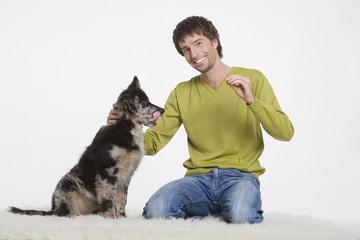 Junger Mann mit Hund, Portrait
