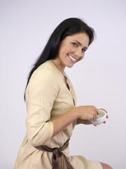 Frau mit Mörser und Stößel, lächelnd, Porträt