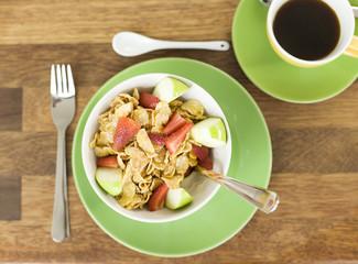 Frühstück mit Müsli und Obst