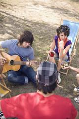 Deutschland, Freunde beim Picknick, Mann spielt Gitarre, erhöhte Ansicht