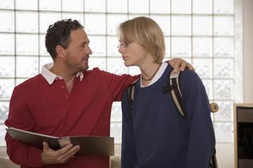 Vater und Sohn, Vater hält Buch