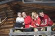 Italien, Südtirol, Seiseralm, Blockhütte, Paar steht auf dem Balkon