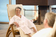 Älteres Ehepaar im Bademantel, Lächeln, Portrait