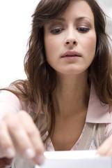 Geschäftsfrau im Büro arbeitend, Nahaufnahme