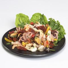 Sea-Food-Salat auf Teller