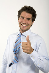 Junger Mann zweitem Knoten in Krawatte, Portrait