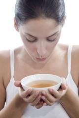Junge Frau hält Teeschale, Nahaufnahme
