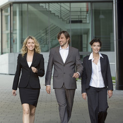 Deutschland, Baden-Württemberg, Stuttgart, Business-Leute bei einem Spaziergang, lächelnd