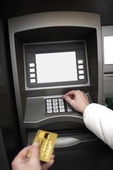 Person benutzt Kreditkarte am Geldautomat