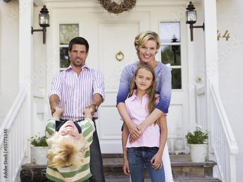 Familie vor Eigenheim