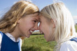 Zwei Mädchen Nase an Nase, Portrait
