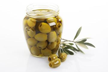 Eingelegte grüne Oliven im Glas