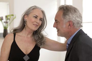 Älteres Ehepaar schaut sich an