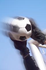 Torwart hält Fußball