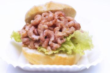 Nordsee Garnelen-Sandwich, Freisteller, weißer Hintergrund