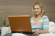 Junge Frau mit Laptop, Portrait