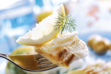 Kabeljau mit Dill und Zitrone auf Gabel