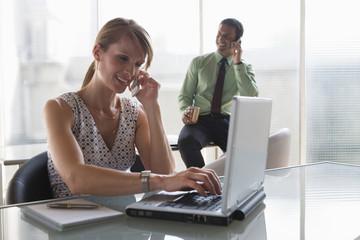 Business, Teamarbeit, Telefonieren, Laptop