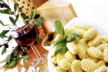 Frische Gnocchi, Rotwein und Käse