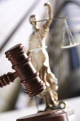 Justizia Figur hinter Hammer
