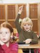 Junge hebt die Hand im Klassenzimmer