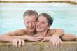 Älteres Paar umarmtsich im Schwimmbad, Porträt