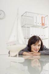 Geschäftsfrau, Blick auf Schiffsmodell