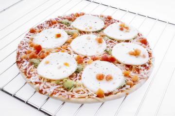 Tiefkühlpizza mit Mozzarella im Ofen