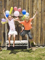 Jungen und Mädchen springen, im Freien