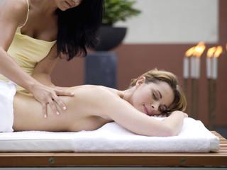 Frau bei entspannender Wellness-Massage