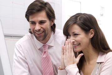 Mann und Frau im Büro, lächelnd, Nahaufnahme