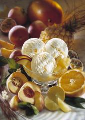 Eis mit tropischen Früchten