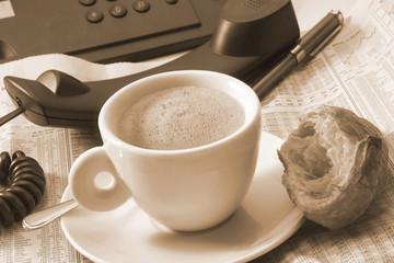 Tasse Kaffee auf Schreibtisch